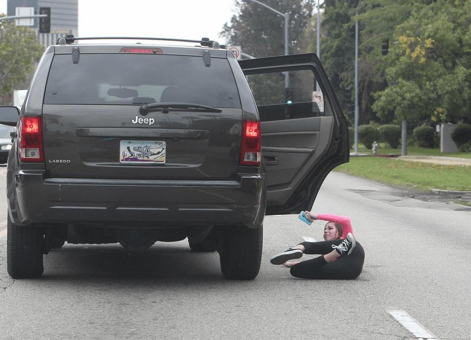 Fan di Justin Bieber gettata fuori dalla macchina