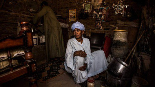 Egitto, si finge uomo per 42 anni per lavorare e mantenere la figlia